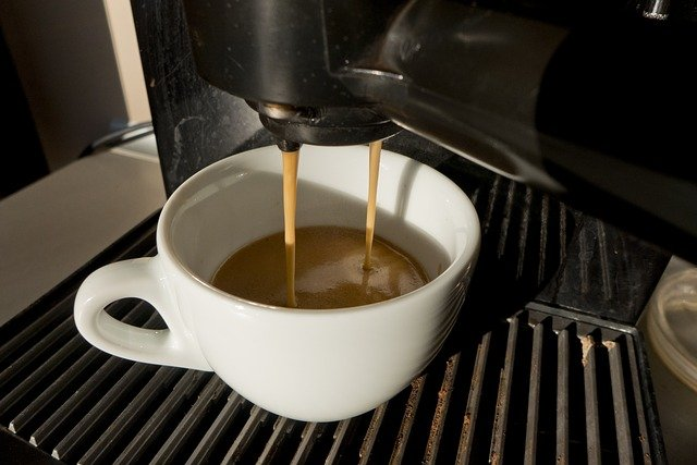 šálek v kávovaru