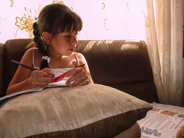 holčička při učení