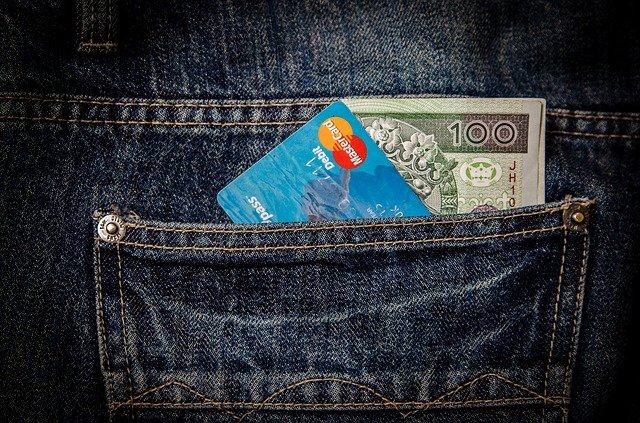 karta a peníze v kapse