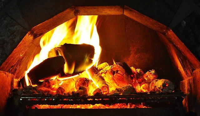 oheň v kamenném krbu