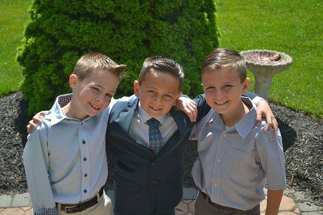 tři chlapci při školním focení