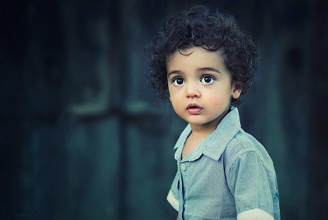 chlapec s velkýma očima