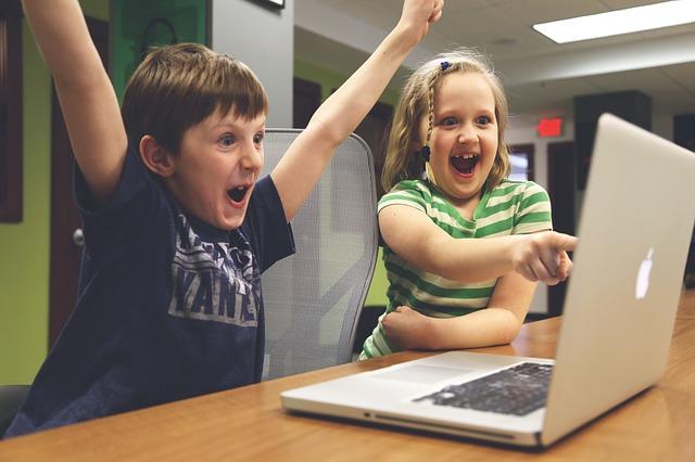jásající děti u laptopu