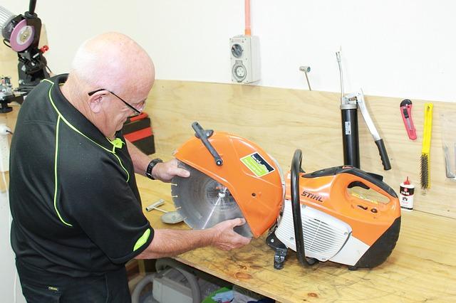 pracovník při opravě
