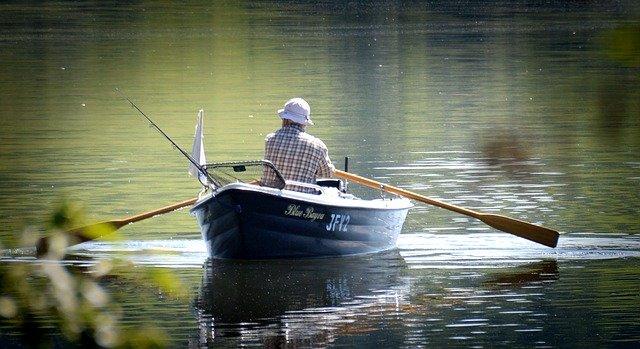 rybář na pramici
