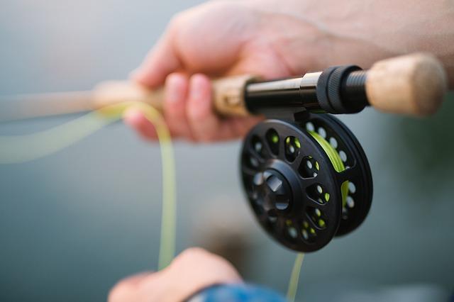 rybářský prut v rukách