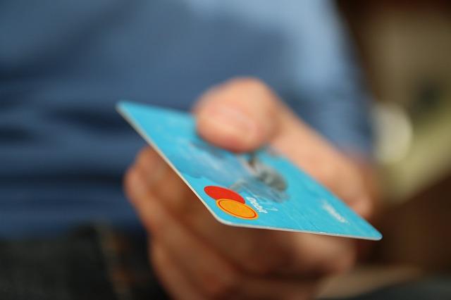 kreditka v ruce