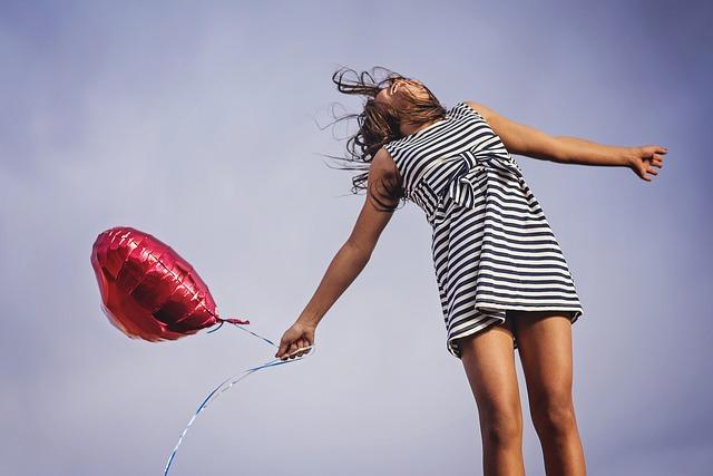 dívka a balonek