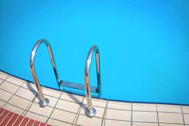schůdky do bazénu