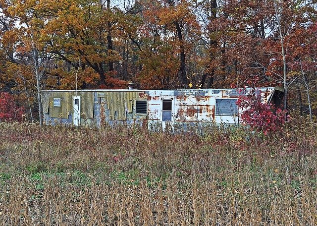 Dva staré opuštěné mobilní domy, co by potřebovaly opravu