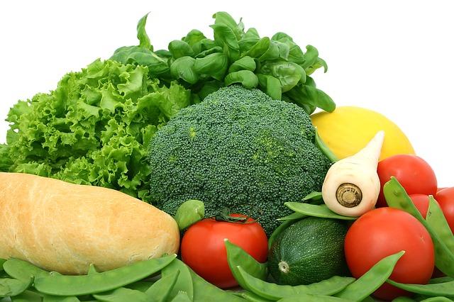 čerstvá zelenina a bílá bageta