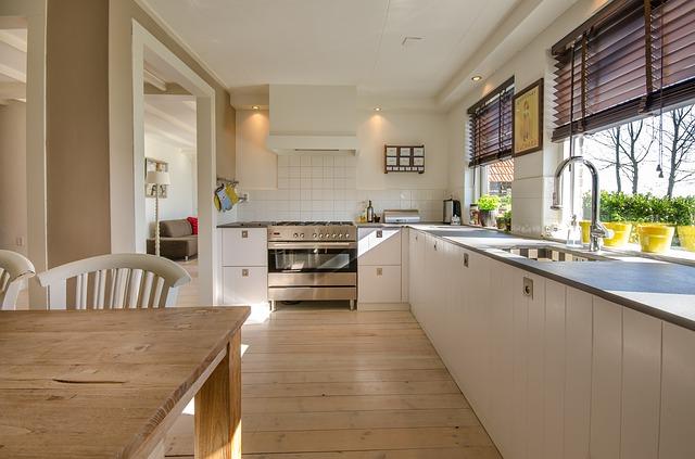 kuchyně, která má zabudovaná bodová světla