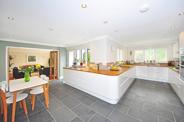 kuchyně s jídelnou, kde jsou po stropě rozmístěná bodová světla