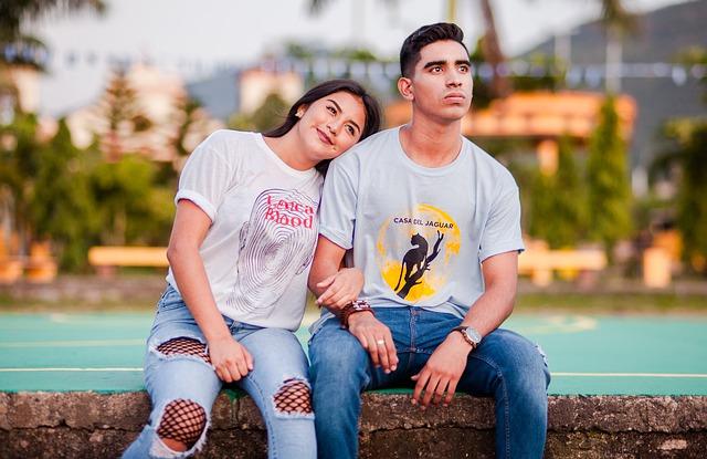 sedící muž a žena