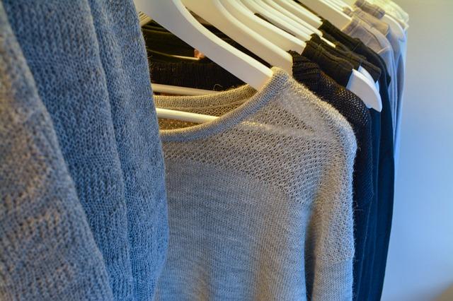 šedé oblečení na věšácích