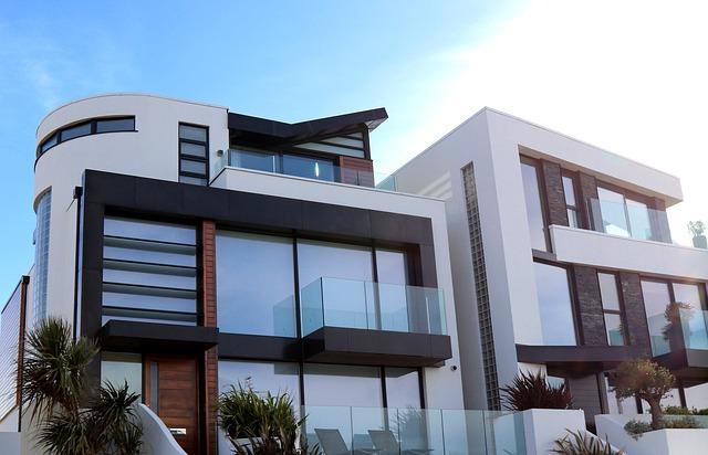 moderní obydlí, větší dům s více patry, s velkými prosklenými okny