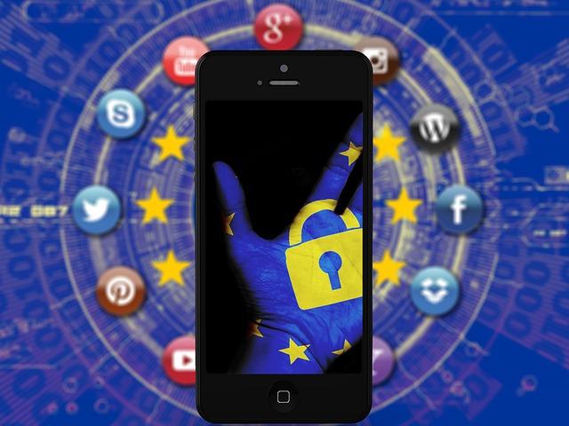 Telefon s displejem zobrazujícím modrou ruku se zámkem na pozadí internetu