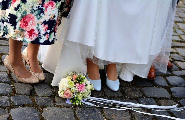 svatba, nohy, kytice