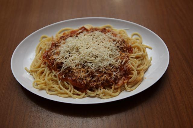 klasické boloňské špagety na bílém talíři