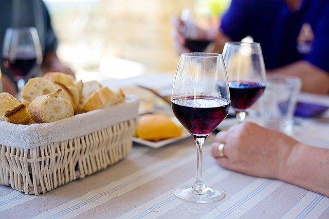 víno a bílé pečivo na stole