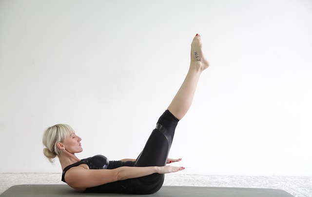 žena cvičí pilates